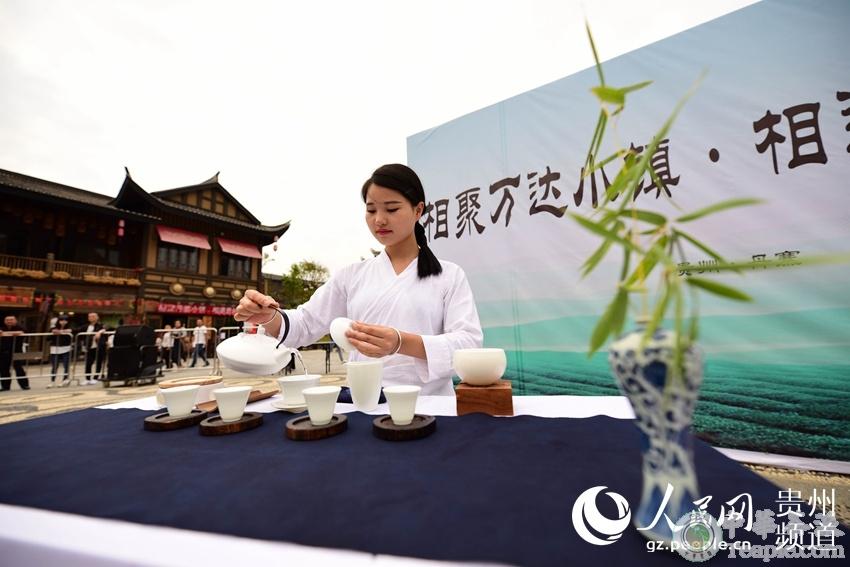 10月4日,一名茶艺师在贵州省黔东南苗族侗族自治州丹寨县万达小镇参加茶艺比赛。杨武魁 摄