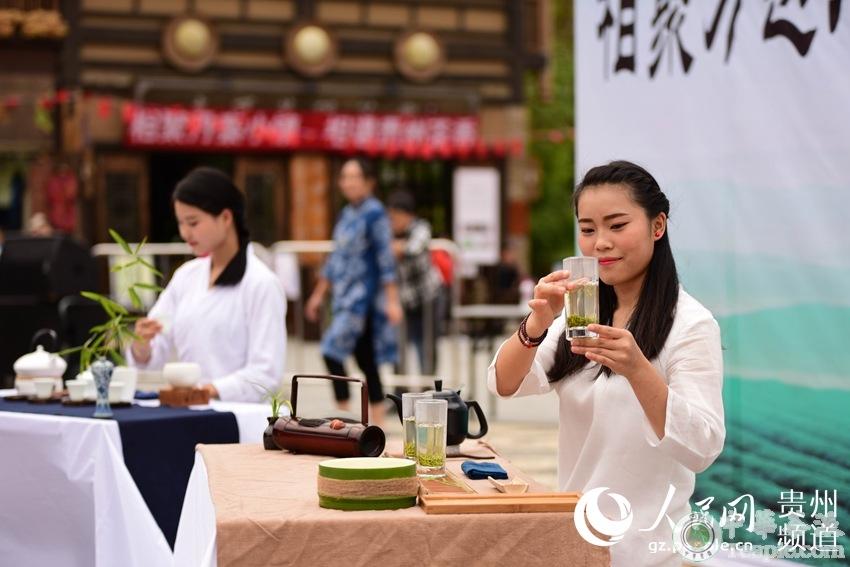 10月4日,茶艺师在贵州省黔东南苗族侗族自治州丹寨县万达小镇参加茶艺比赛。杨武魁 摄