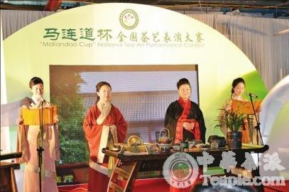 """2013年全国茶艺大赛中,济南御青茶艺职业培训学校的教师进行""""礼和天下"""